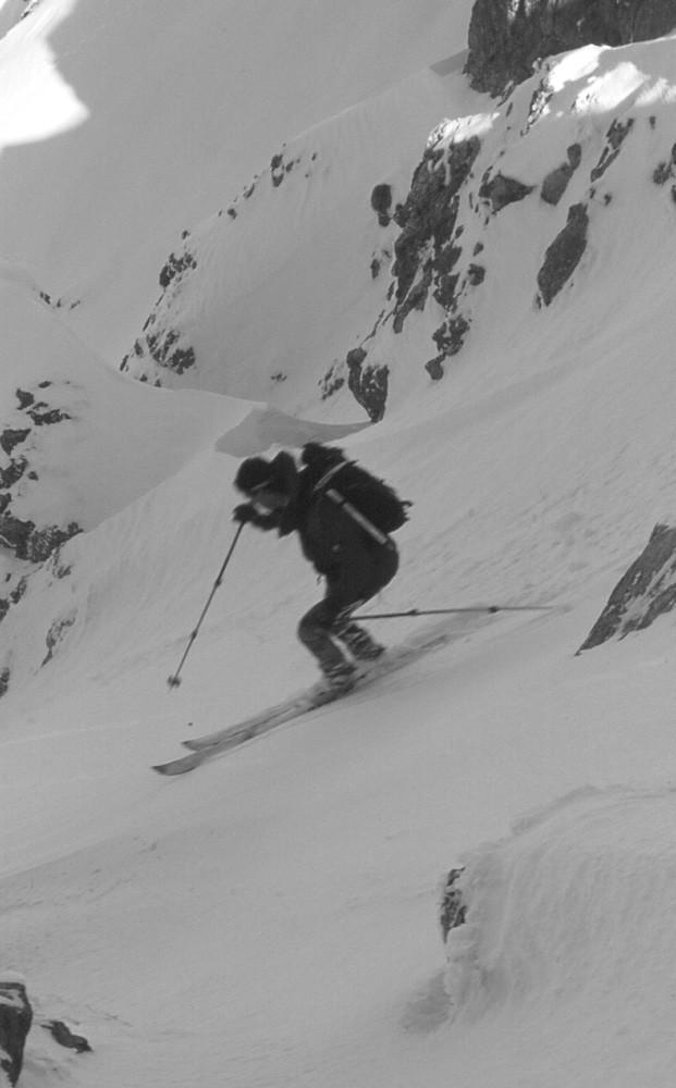 Un skieur solitaire au départ du couloir de Pertuis