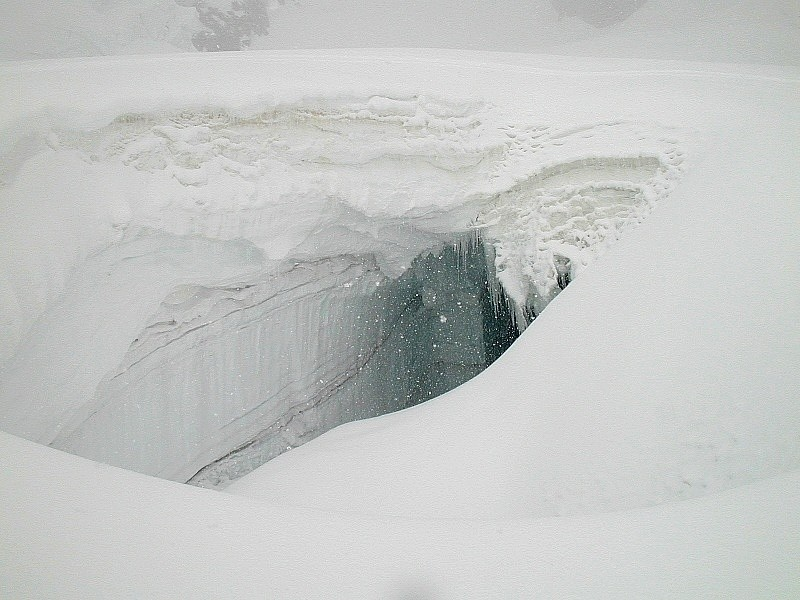 Pont de neige sur le glacier d'Envers du Plan