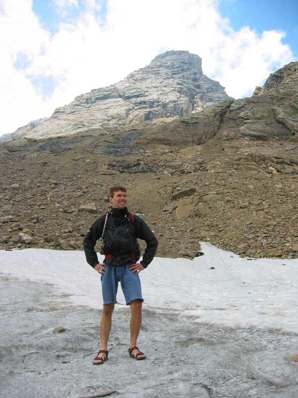 Fab  pose sur le neve, en sandales!