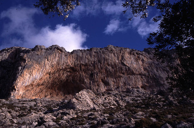 Grande Grotta au-dessus du village de Massouri, sur lklzzwxh:0018île de Kalymnos