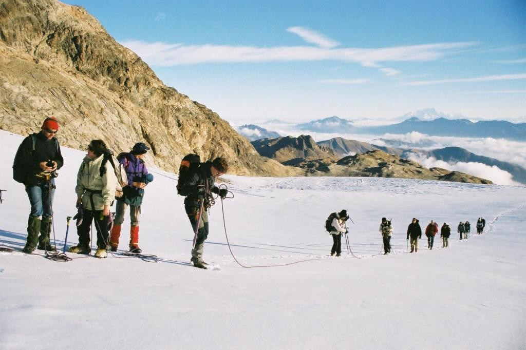 Longue file de cordées sur le glacier du pic de l'Etendard