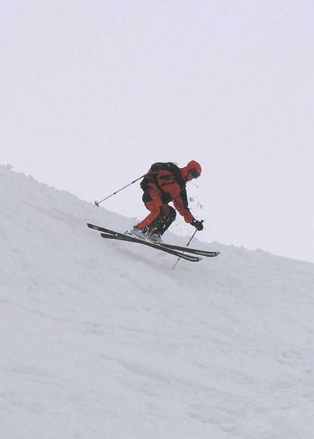 Seb à la descente de Belafrasse dans une neige à la qualité douteuse.