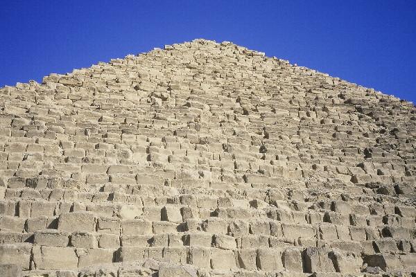 Au pied de la pyramide de Mykérinos - face W