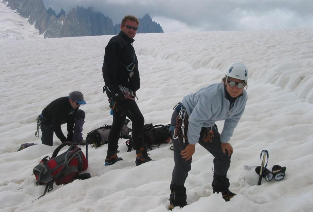 Pose des crampons sur le glacier du Géant