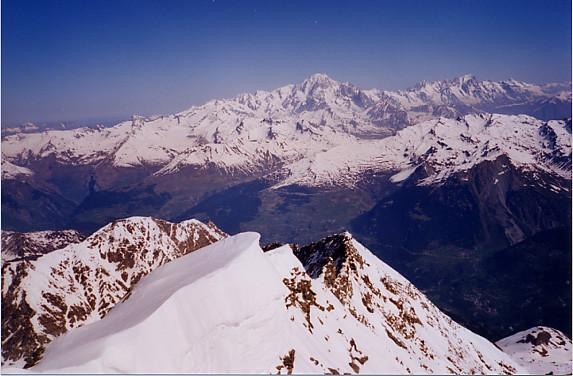 Du sommet du Mont Pourri : au fond, le Mont Blanc