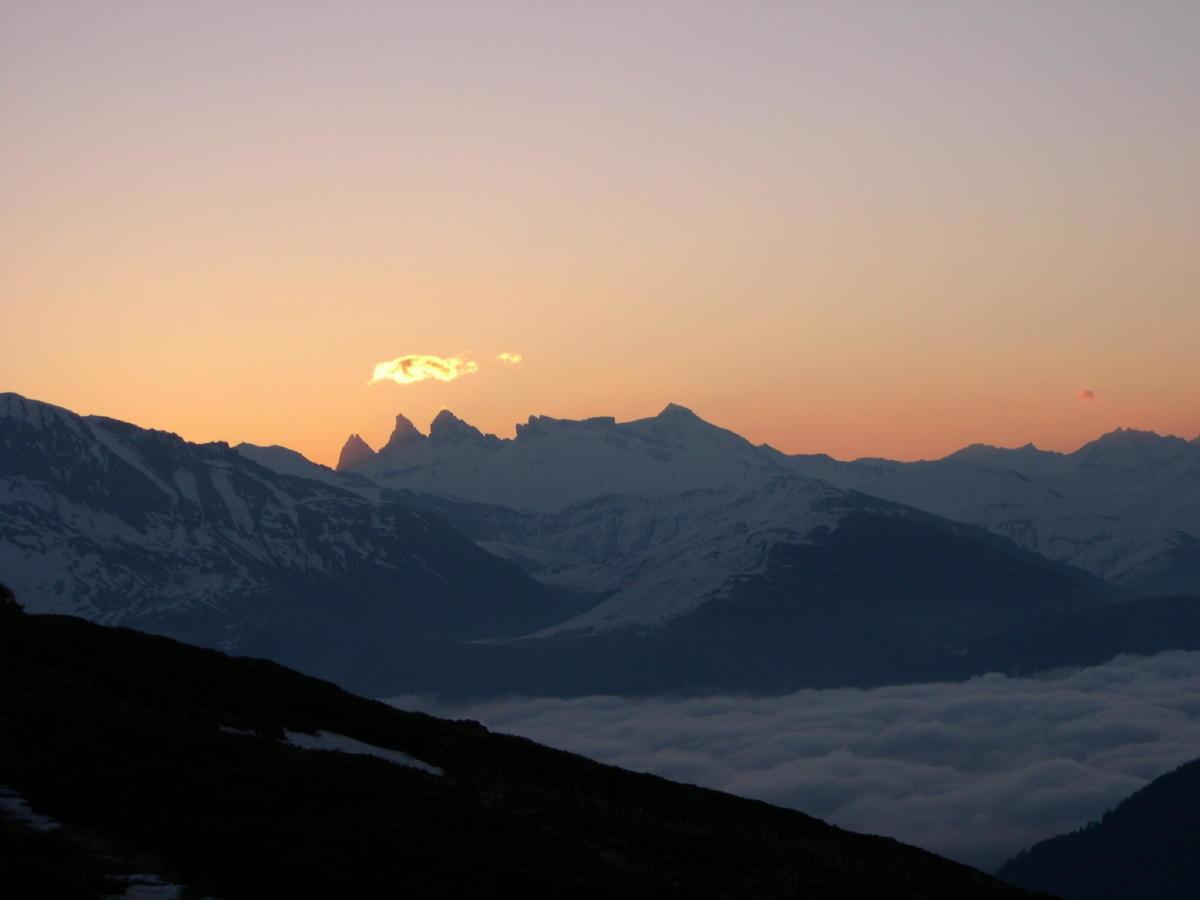 lever de soleil sur les aiguilles d'Arves depuis le bas des Rochères