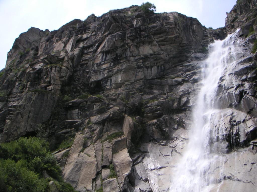La paroi de Beau coup d'épée dans l'eau et sa cascade.