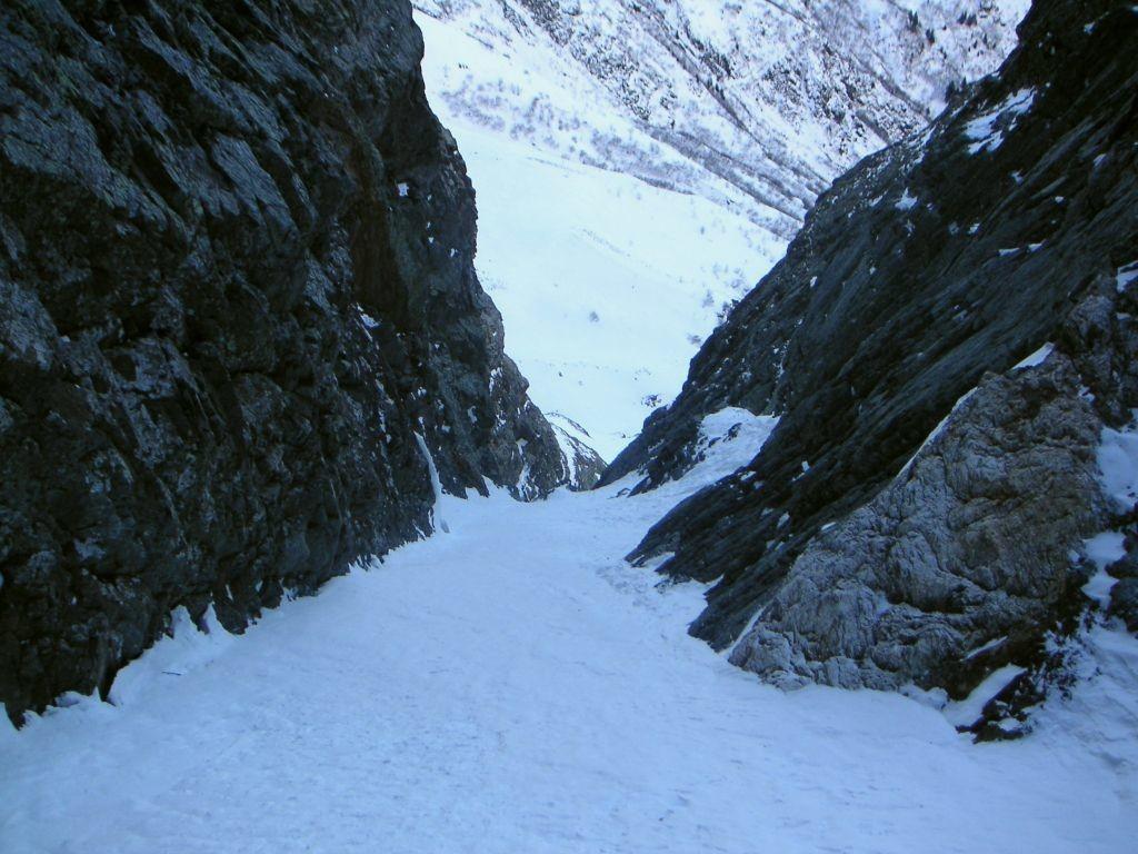 Le couloir des skieurs dans sa partie basse.