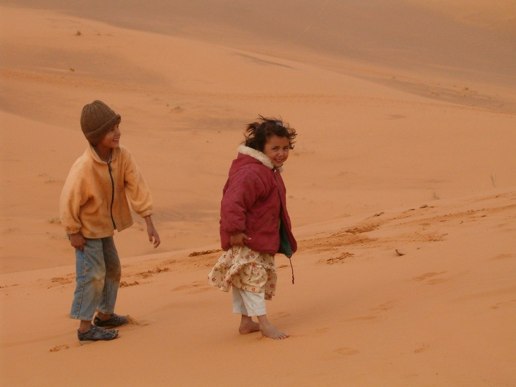 Eternellement gais ces gamins dans les dunes