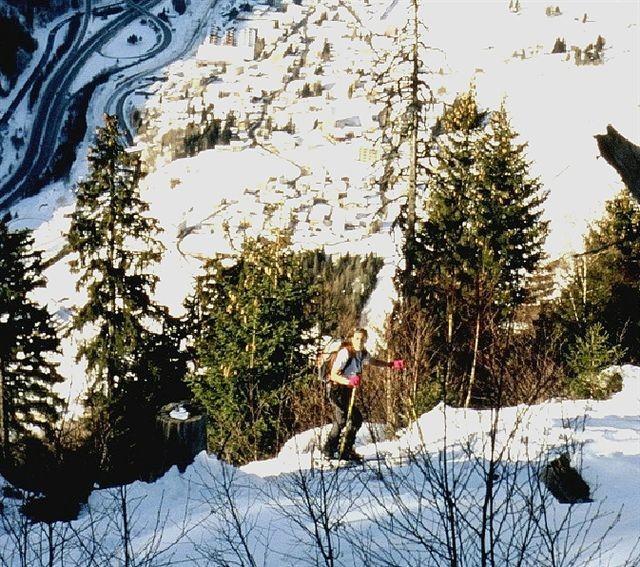 Daniela in salita nel bosco