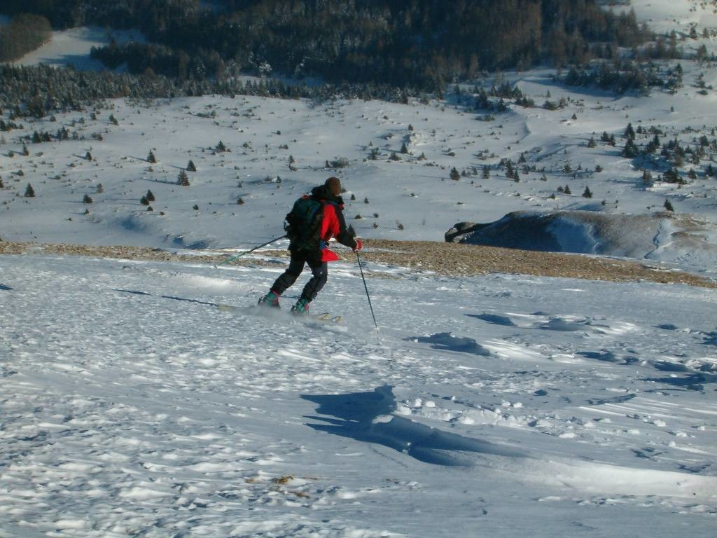 Attention aux cailloux : neige dure, mais bon ski