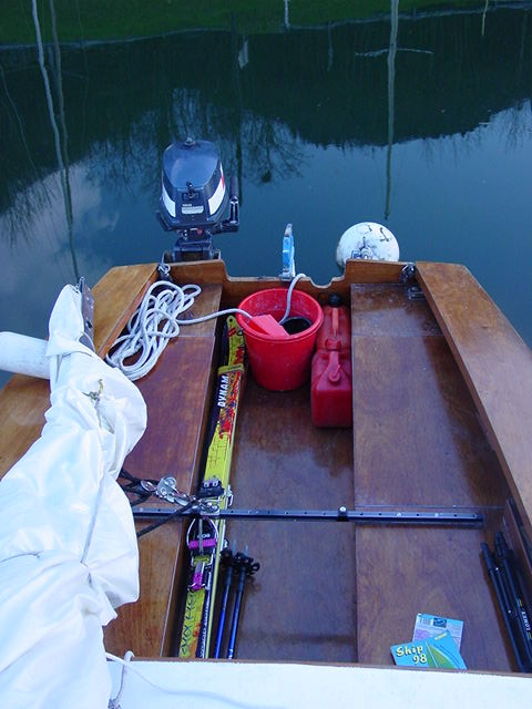 Les skis dans le bateau