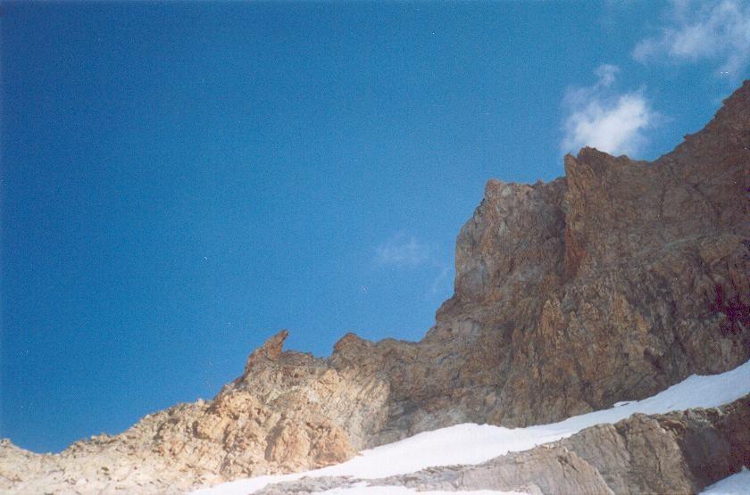 Tête Sud du Replat : Arête SW à gauche;  pilier Chèze à droite (détaché en rouge)