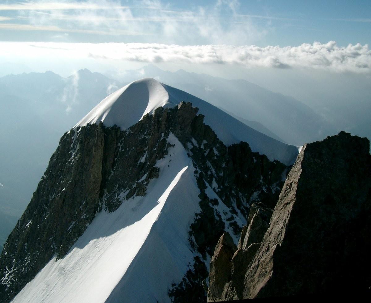 Le sommet sud de l'Aiguille Blanche de Peuterey vu du point culminant
