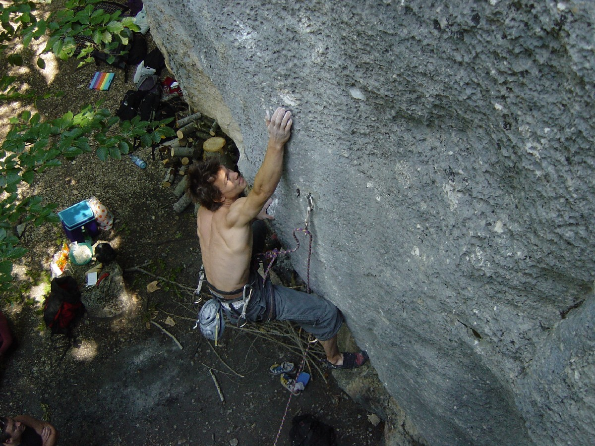 """Kevin Hemund dans """"Zoolook"""" 8a+ à Plagne, Suisse."""