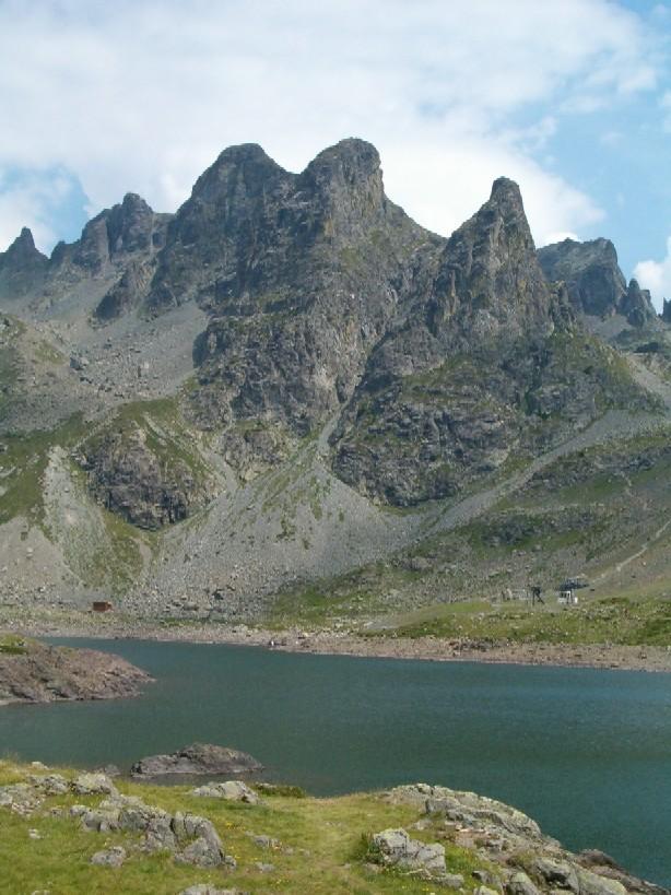 Le lac Robert, le Gd Van et ses voies d'escalade