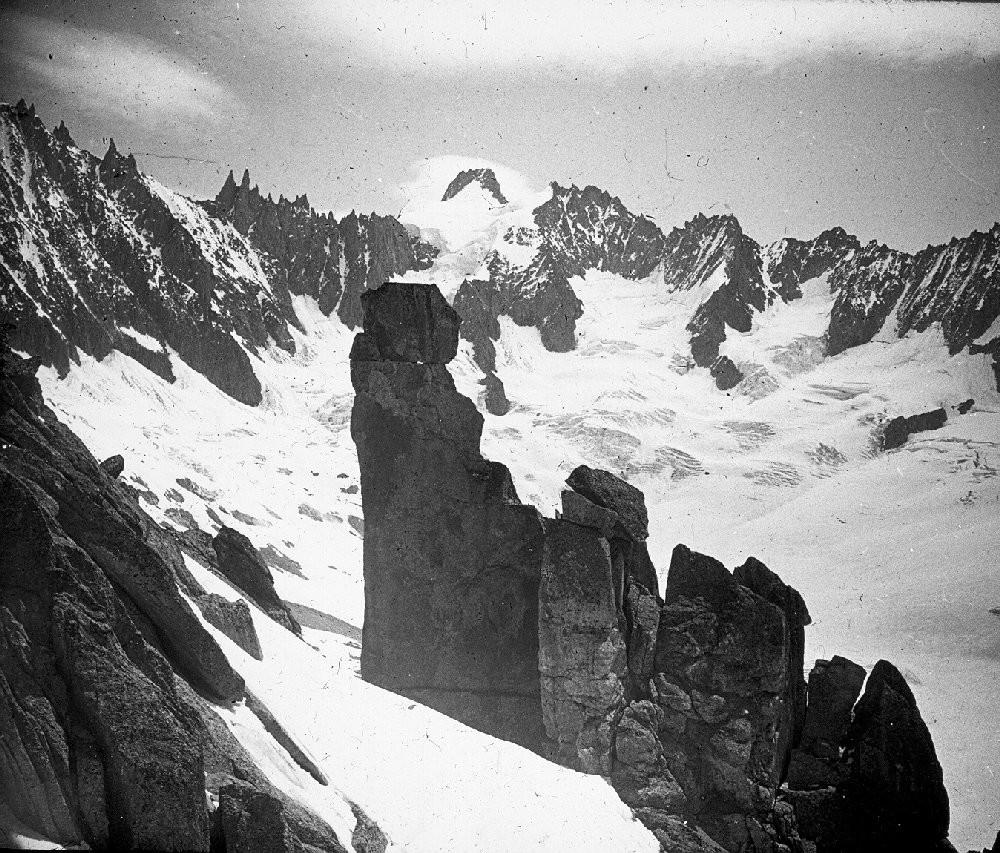 Bassin de Talèfre - 10 Juillet 1953 - Le gendarme de l'alpiniste perdu sur l'aiguille du Moine