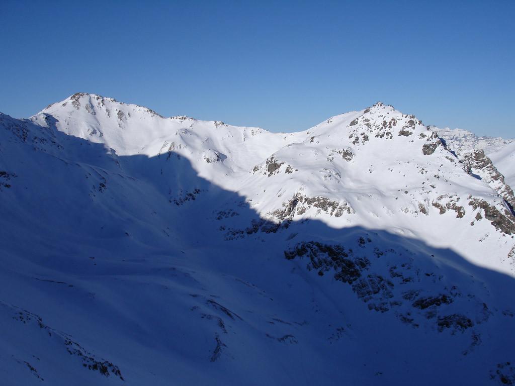 La bocchetta di 2775 m al centro della foto, che si raggiunge in discesa dalla funivia del Parpanner Rothorn 2861 m.