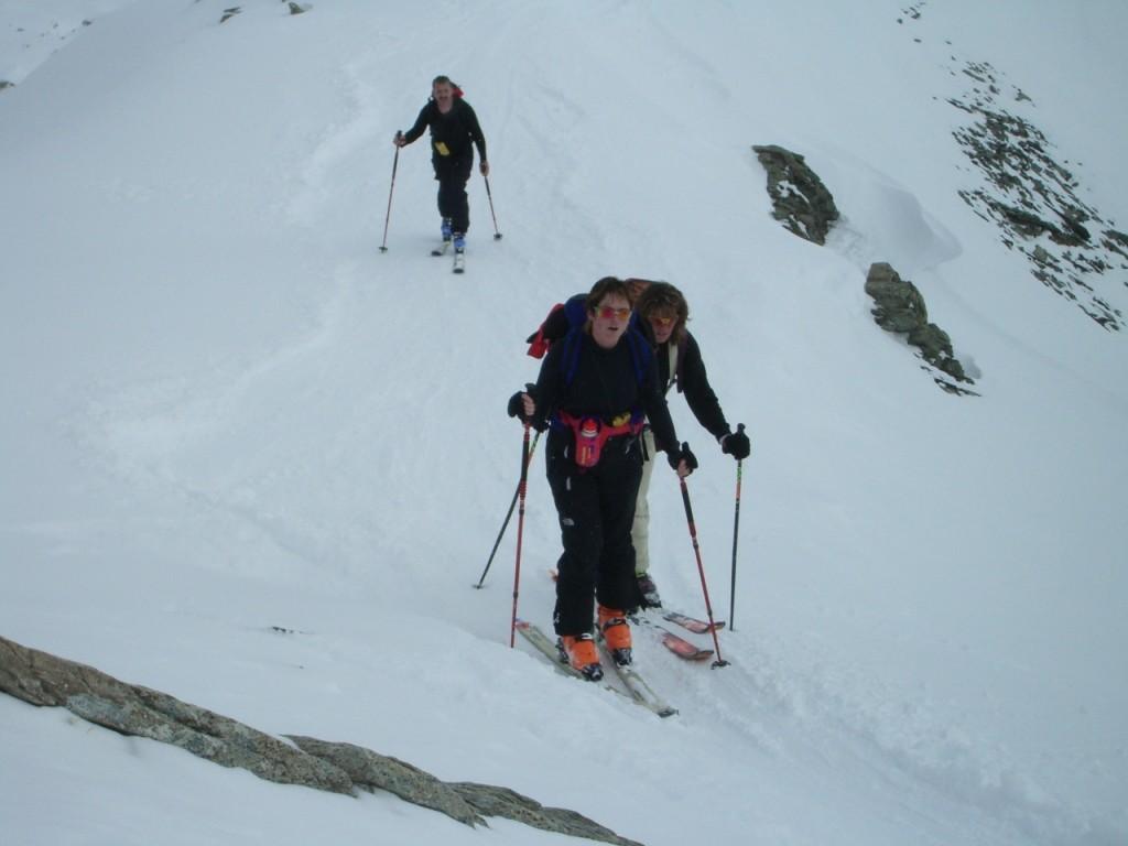 Véronique, Mirella et Pierre au sommet du Mont Rogneux