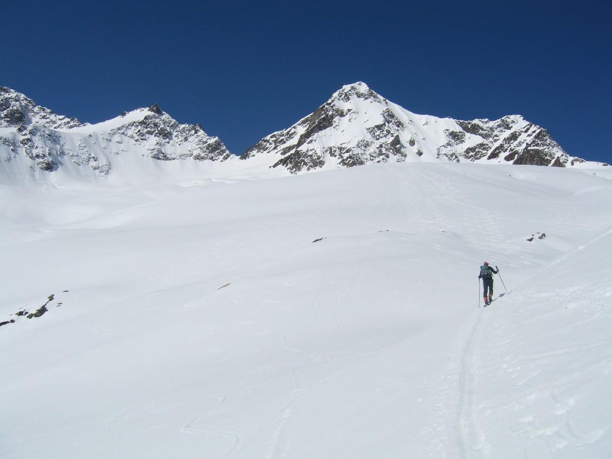 Sullo splendido ghiacciaio:sullo sfondo il colle di arrivo.