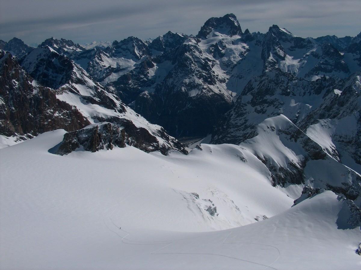 Vue du sommet sur le glacier et la Barre des Ecrins.