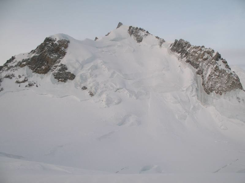 La face glaciaire du Mont-Maudit, en bonnes conditions (séracs peu menaçants sur les bords).