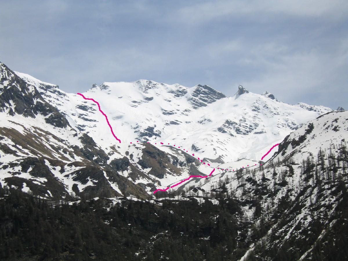 La Grande Rousse con l'evidente  canale di risalita e l'itineario al Becca di Gasson dalla strada del lago.