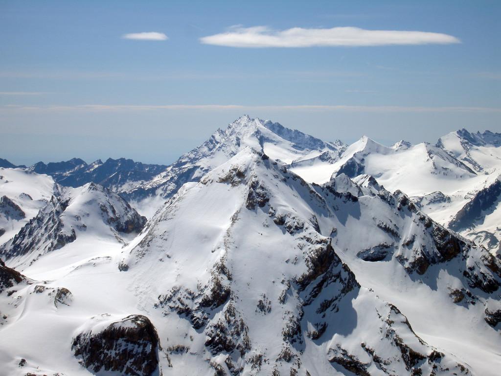 Il versante Nord della Tsanteleina 3602 m in primo piano,vista della cima della Grande Sassière 3747 m.