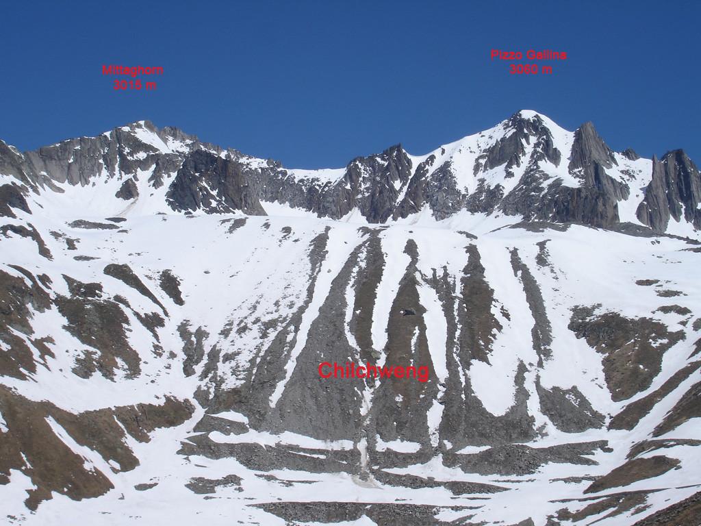 Il Mittaghorn 3015 m e Pizzo Gallina 3061 m, visti dalla strada del Nufenenpass dal versante Vallesano