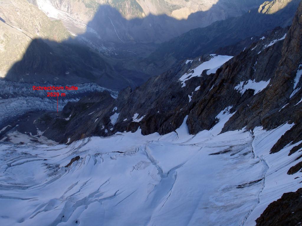 Dalla cima dell'Lauteraarhorn 4042 m guardando giù verso la Schreckhorn hutte a W.