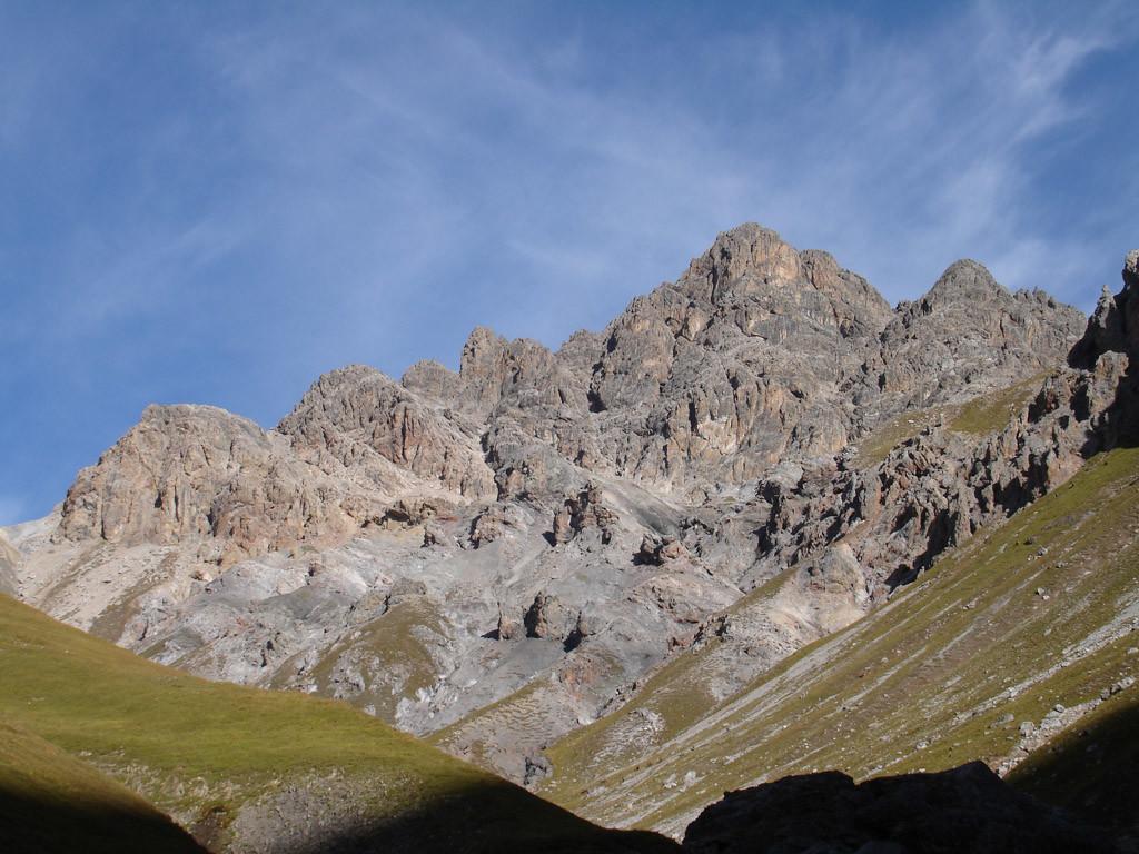 Il Piz Saliente 3048 m versante ESE, risalendo la Val Saliente.