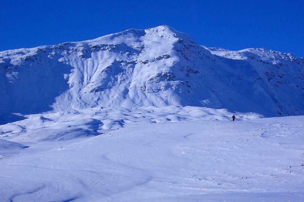 La cima: ci si arriva per il dossone di sinistra che si prende raggiungendo un'evidente depressione , non visibile nella foto ripresa nel 12/2004