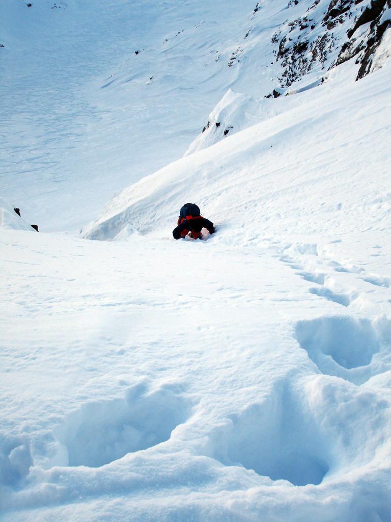 Giovanni mentre scende verso gli sci sul versante NE del Poncione di Valleggia 2873 m