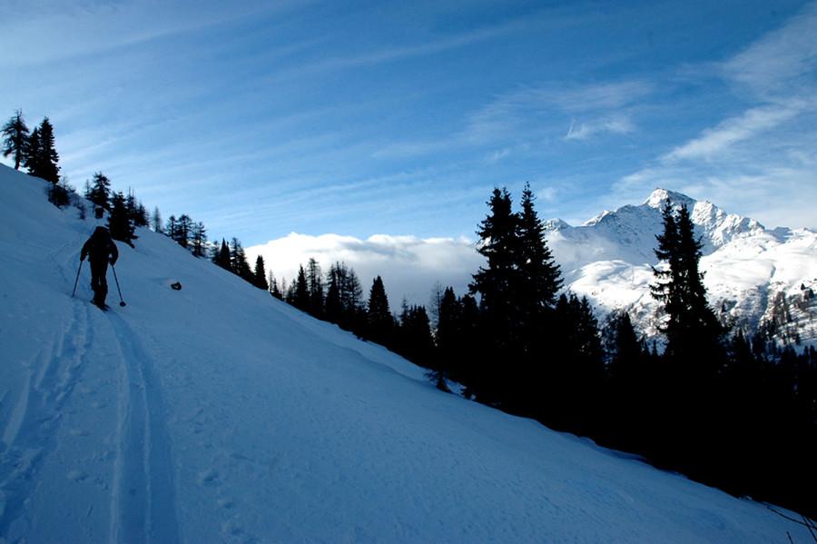 sullo sfondo lo Spluga nella nebbia e il Tambò al sole.