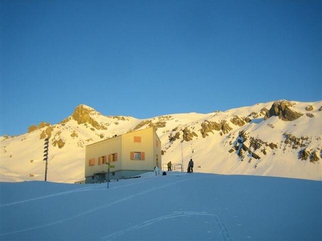 Cabane des Audannes au soleil levant