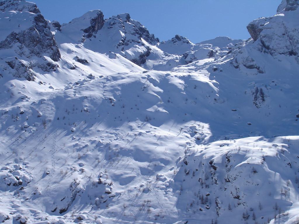 I Pendii soprastanti la diga di Pescegallo 1860 m, ed in alto, il Valun di Fereri.
