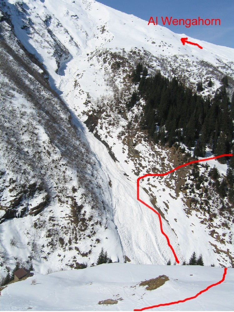 Cominciano le difficoltà: occorre scendere il ripido canale valanghivo e risalire sull'altro versante