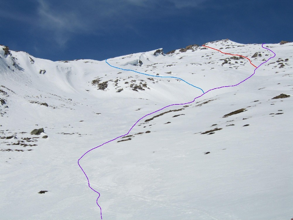 Dalla bella conca intermedia si sta a destra per l'Einshorn puntando ad una fascia rocciosa poco marcata; a sinistra invece varianti per la quota 2862