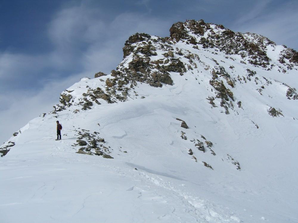 Dopo una cresta nevosa, l'ultimo strappo roccioso