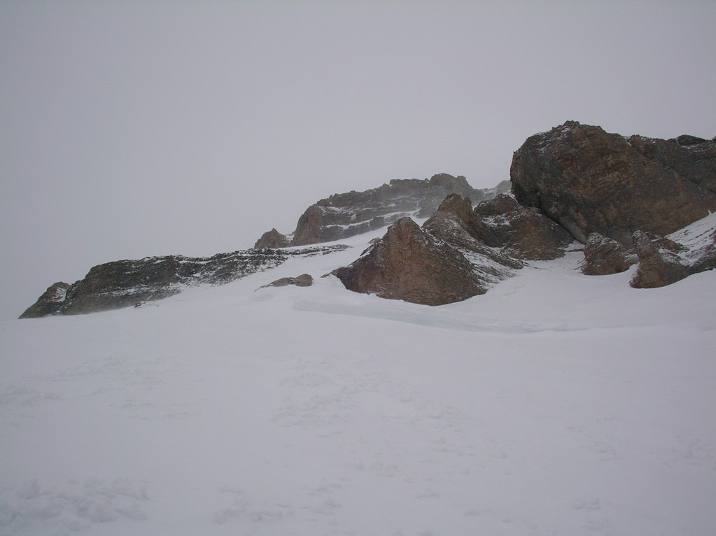 Au niveau de la barrière de rocher au milieu de la face