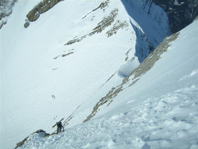 En montant au sommet au-dessus du Col du Rasoir