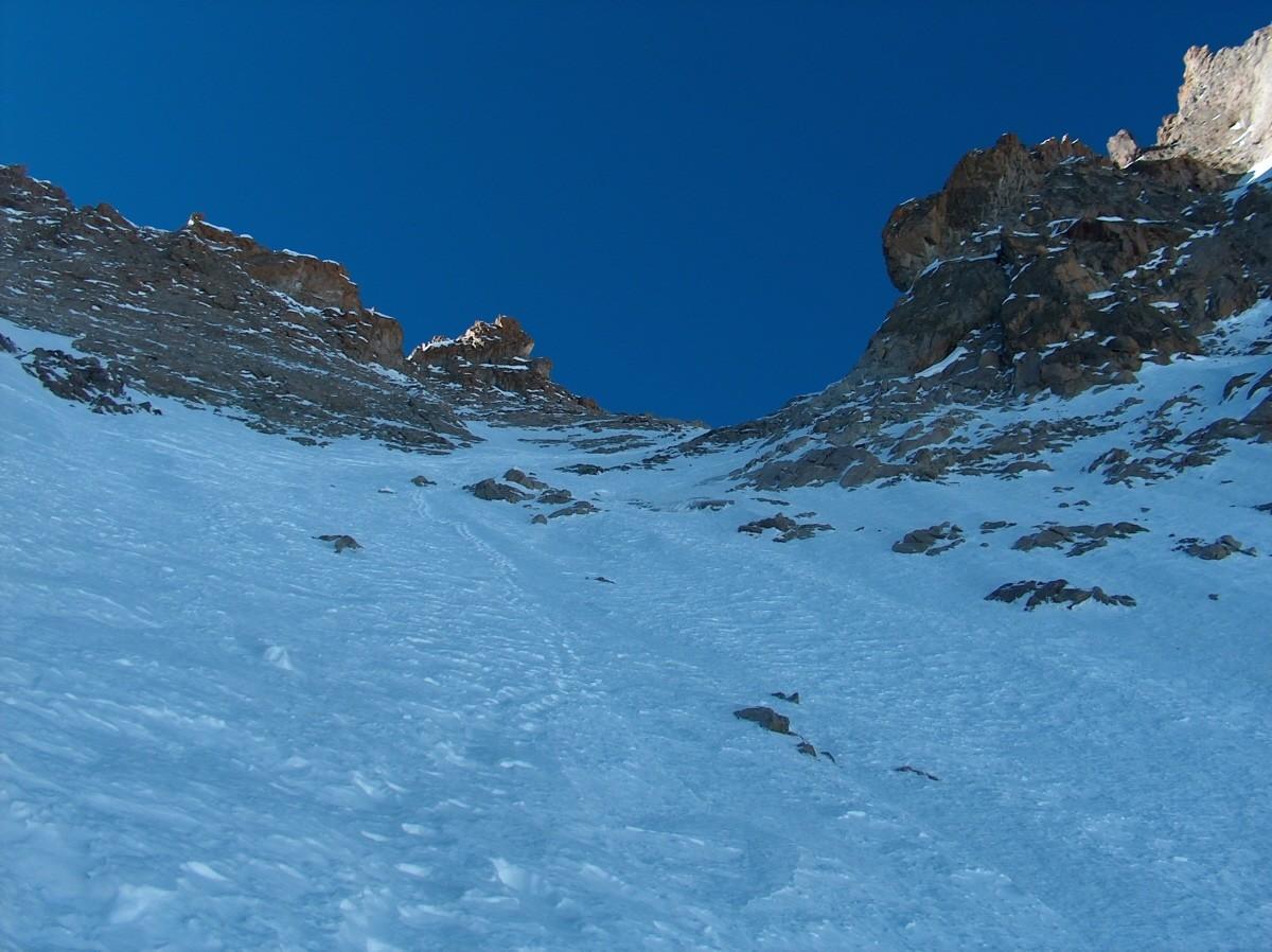Le Col du Glacier Noir se dévoile, dans le dernier tiers du couloir.