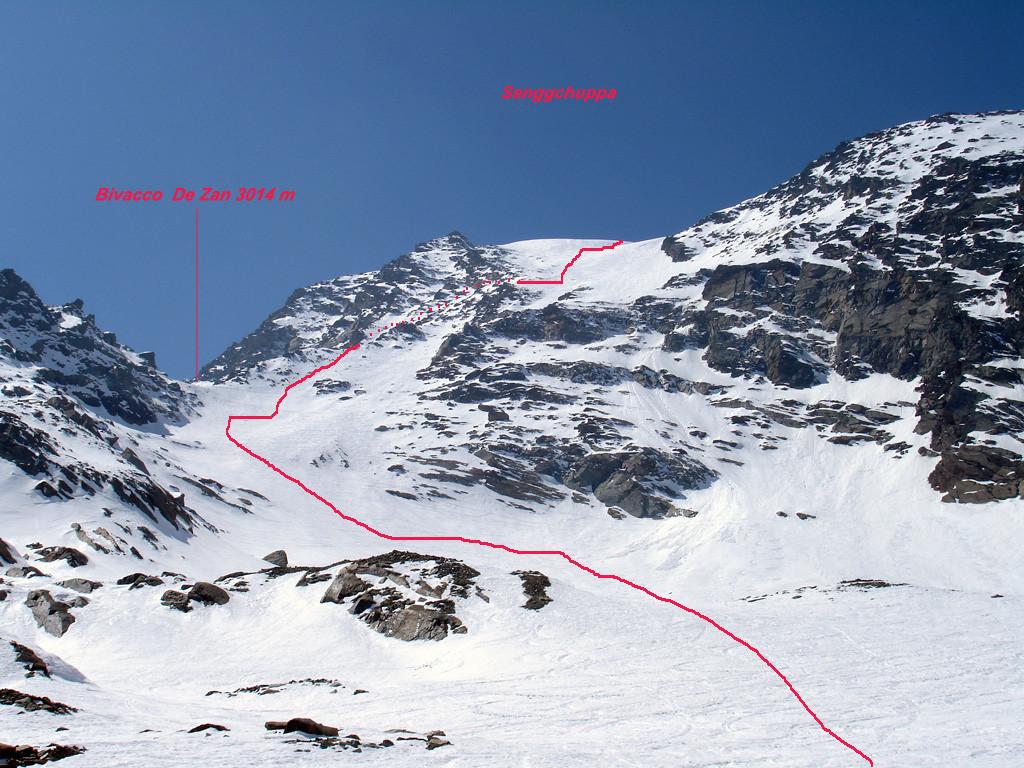 La discesa su Egga dal versante NE della Senggchuppa, con il colle di 3014 m.
