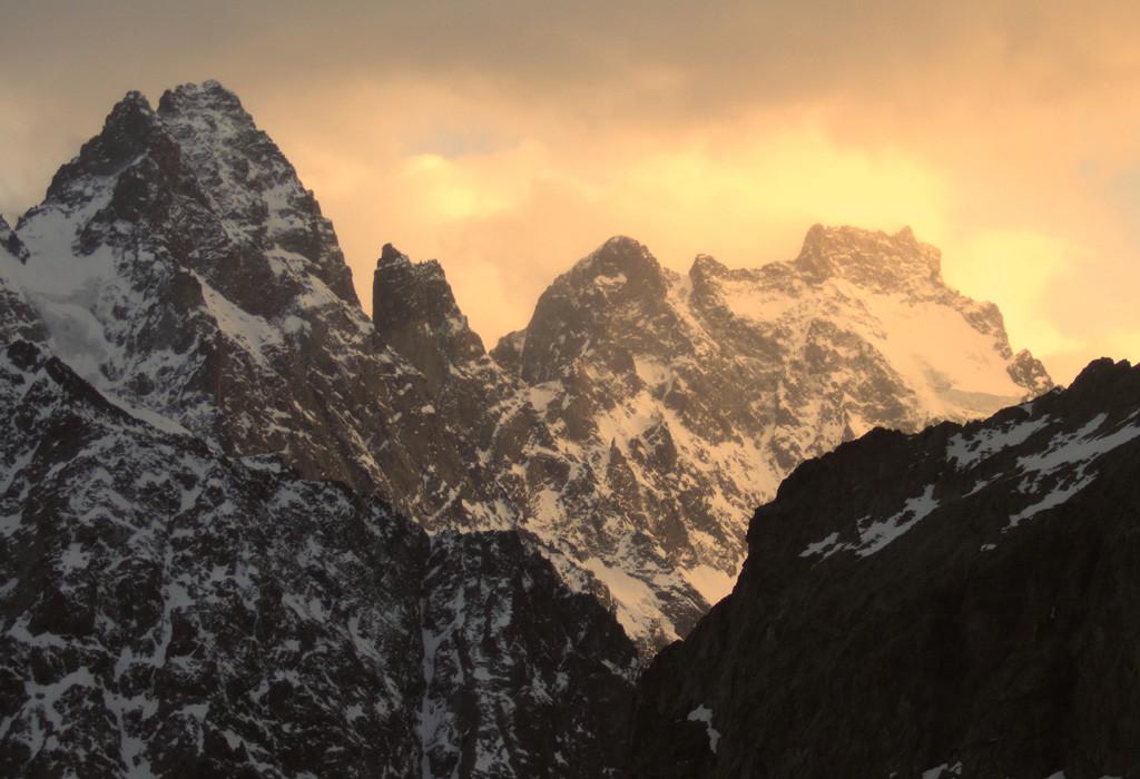 Les Ailefroide en feu vues du Glacier Blanc