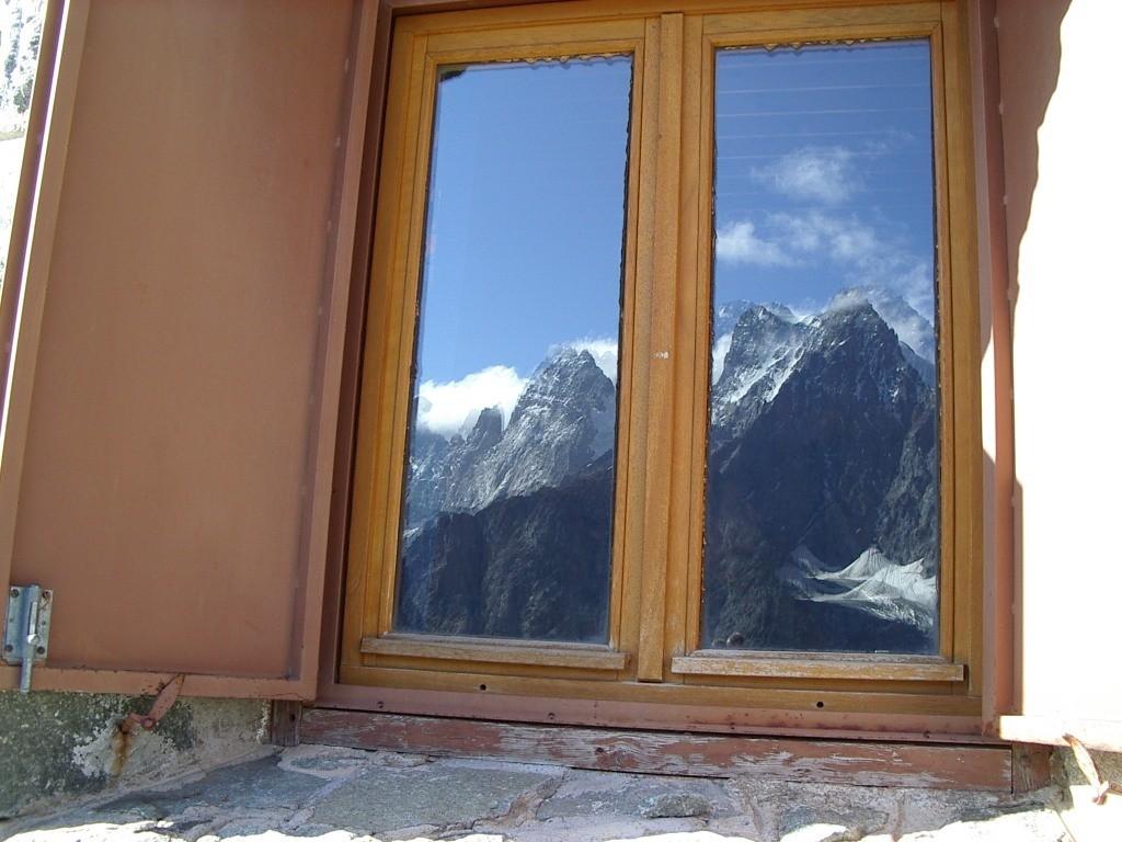 une fenêtre au refuge du Glacier Blanc