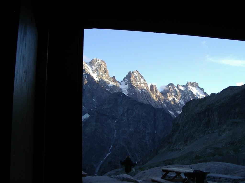 par la porte du refuge du Glacier Blanc
