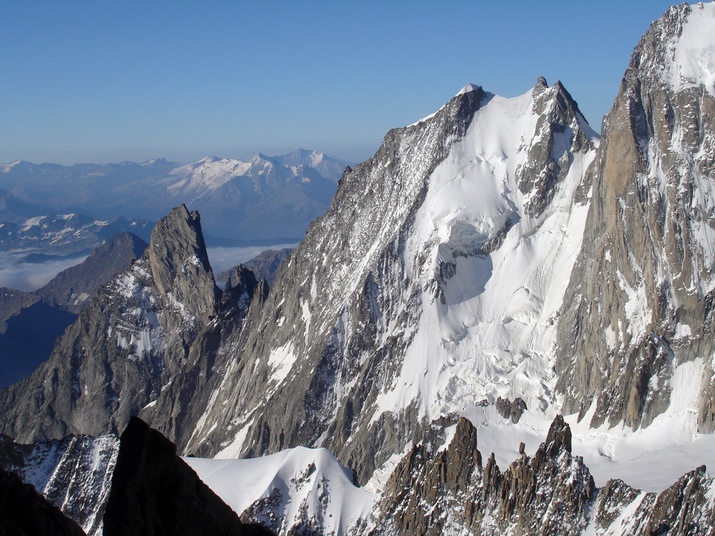 Parte della cresta di Peuterey con le cime dell'Aiguille Noire 3773 m e Blanche 4112 m.