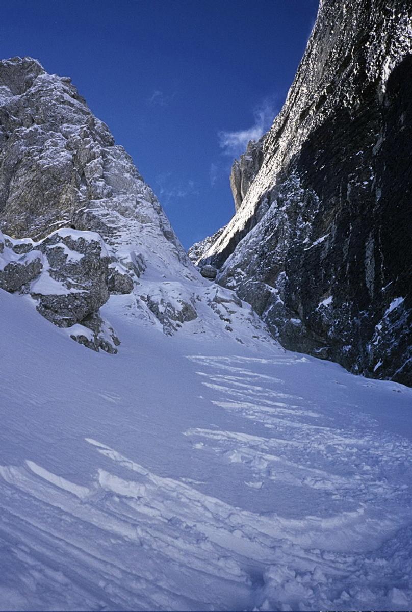 Obiou : Couloir Paul Arthaud. Virages dans la partie médiane du couloir (entre les deux ressauts) lors de la descente du 30 mars 2005.