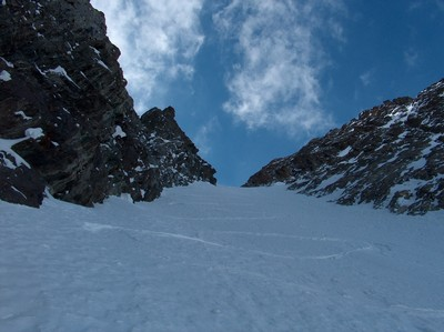 Ski dans le couloir NE...