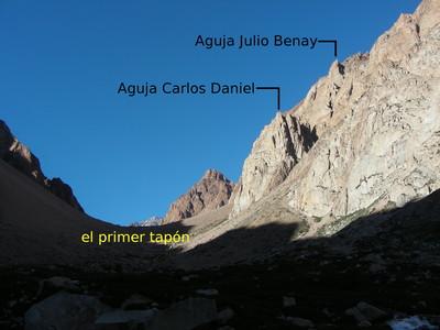 Las agujas Carlos Daniel y Julio Benay, mirando hacia el SSW desde el Cajón de los Arenales
